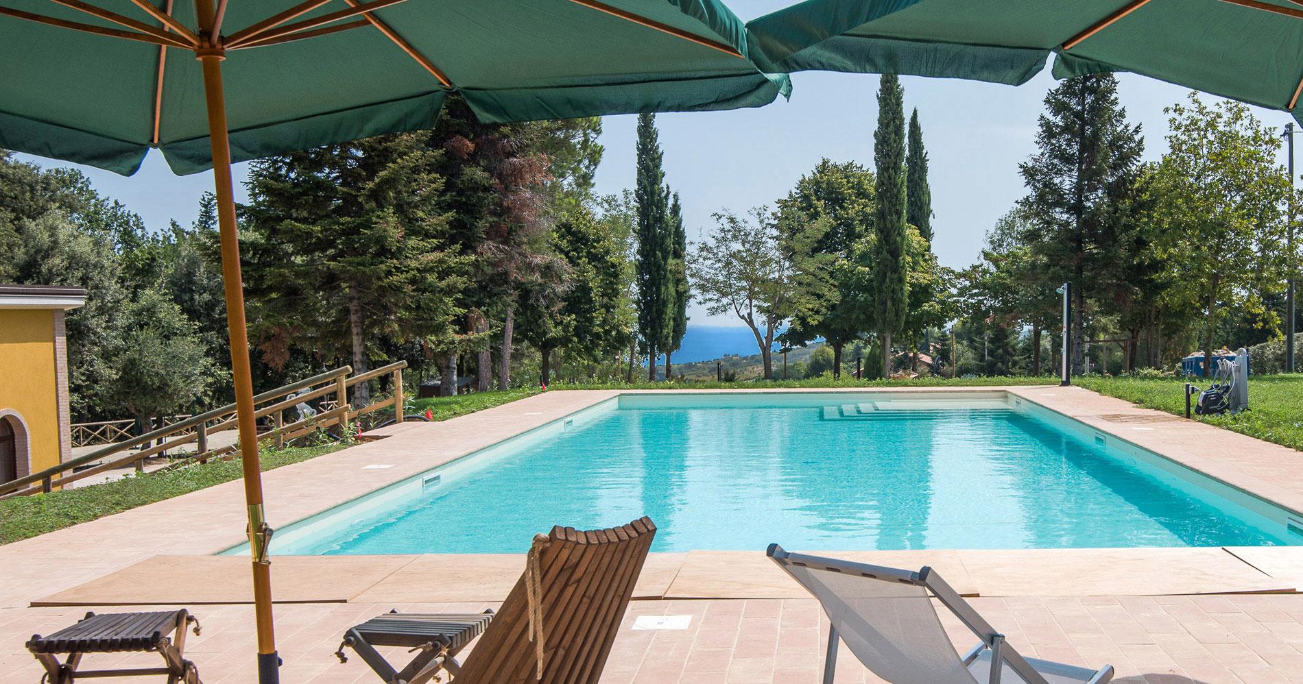 La piscina di Poggio Imperiale Country House nelle Marche