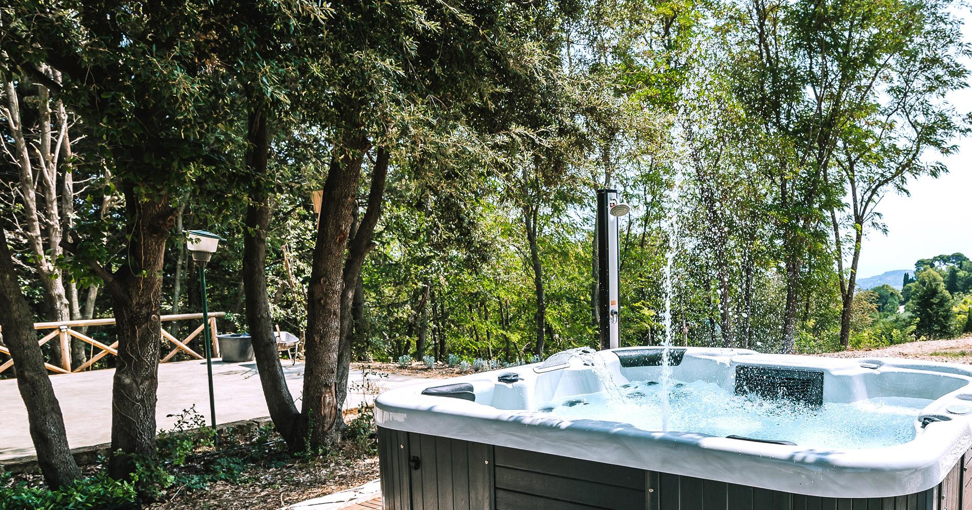 La vasca idromassaggio di Poggio Imperiale Country House nelle Marche